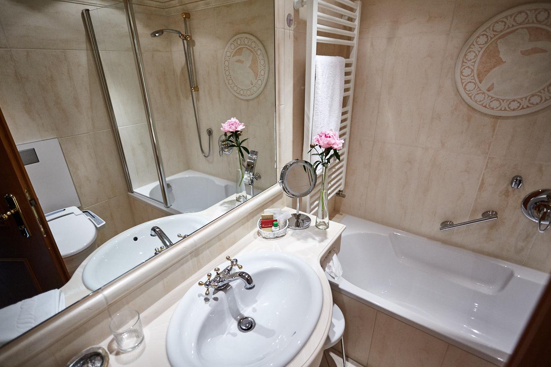 Landhaus König   Einzelzimmer mit Balkon und Badewanne